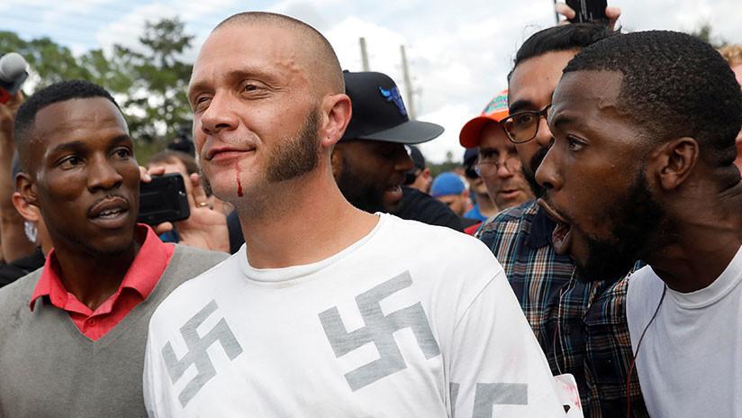 """""""¿Por qué no me quieres?"""" Un afroamericano abraza a un neonazi durante una protesta en EE.UU."""