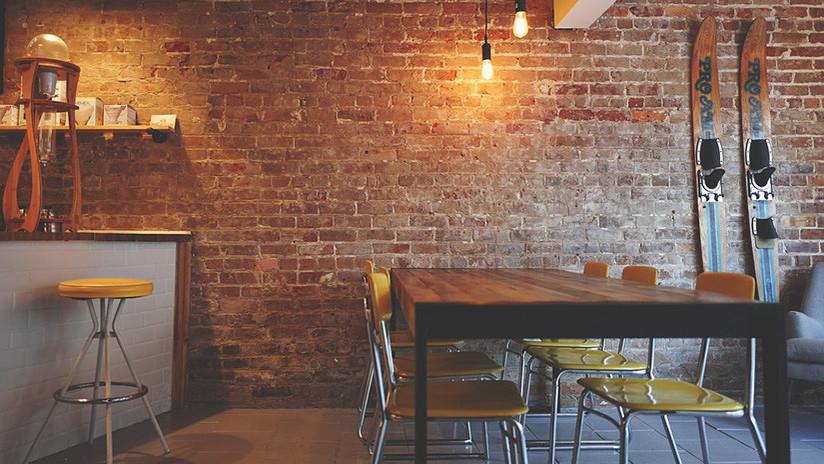 VIDEO: Cámaras de vigilancia 'cazan' a un 'fantasma' moviendo las sillas de un restaurante