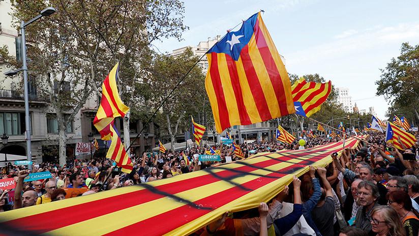 450.000 de personas protestan en Barcelona tras el anuncio del cese del Gobierno catalán