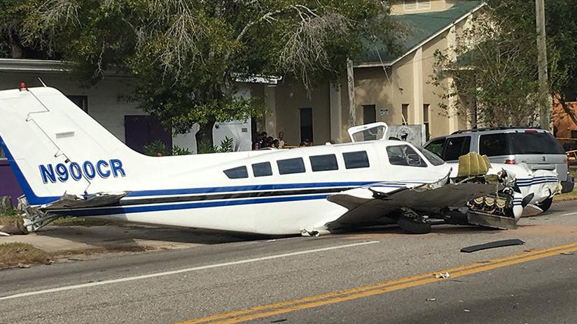 EE.UU.: Una avioneta impacta contra dos autos tras aterrizar en una calle (VIDEO)