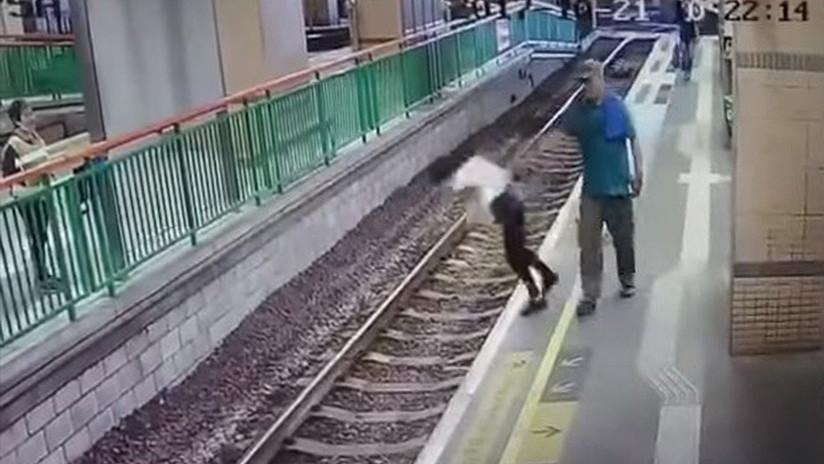 Un hombre empuja a una limpiadora a las vías del tren y sigue su camino como si nada (VIDEO)
