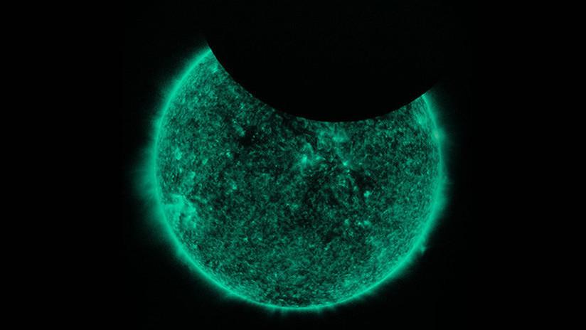 Cómo 'eclipsar' una estrella: La Luna se cuela en fotos del Sol tomadas por la NASA