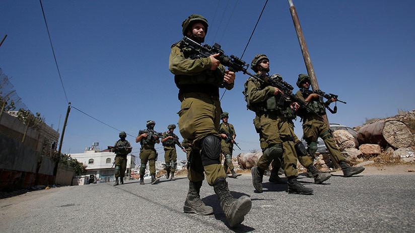 VIDEO: Un palestino lanza una roca contra un niño israelí