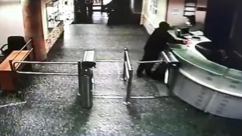 Instantes antes del crimen: graban al hombre que apuñaló a una periodista en Moscú (VIDEO)