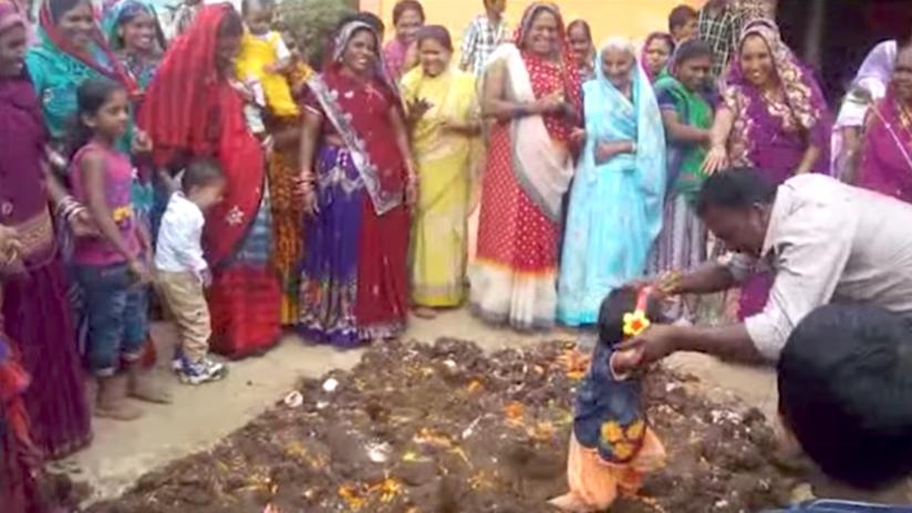 VIDEO: Insólito ritual indio en el que se revuelca a los niños por estiércol