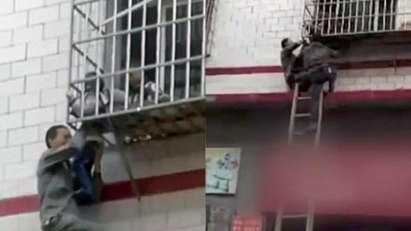 VIDEO IMPACTANTE: Salvan heroicamente a un niño colgado de la cabeza en un balcón