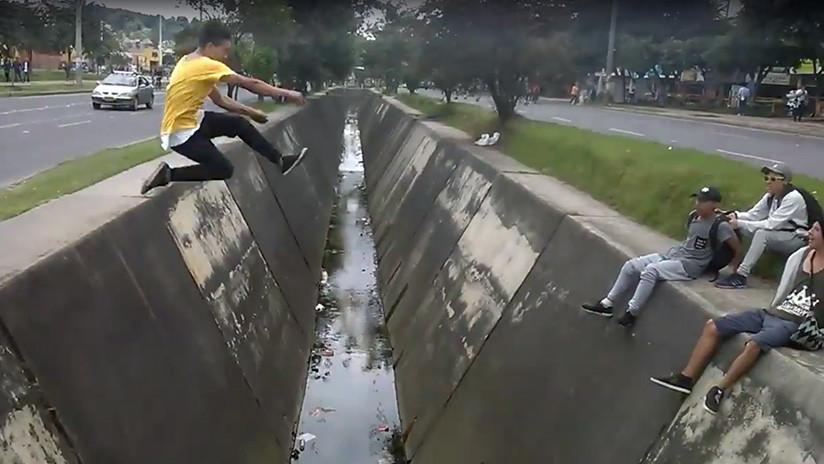 'Parkour' a la colombiana: se viraliza la 'acrobacia' de un joven sobre un canal en Bogotá (VIDEO)