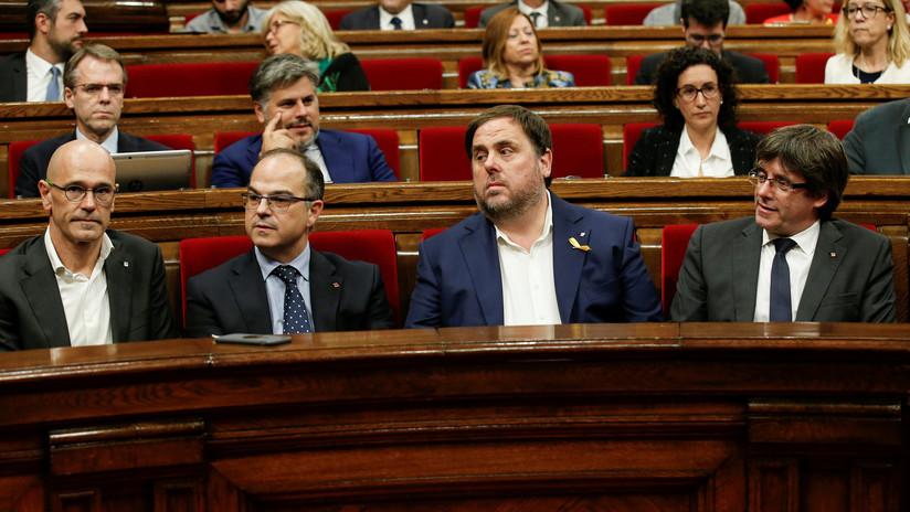 VIDEO: Puigdemont se reúne con los diputados en el pleno de parlamento catalán