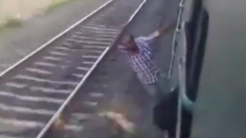 Viajaba colgado del tren, pero fue la última 'proeza' de su vida
