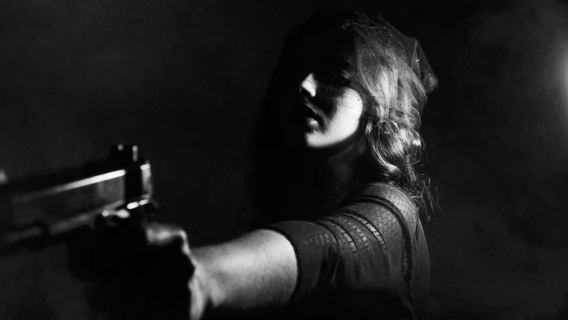 La delincuente de la pistola púrpura que encendió las redes por su atractivo (FOTO)