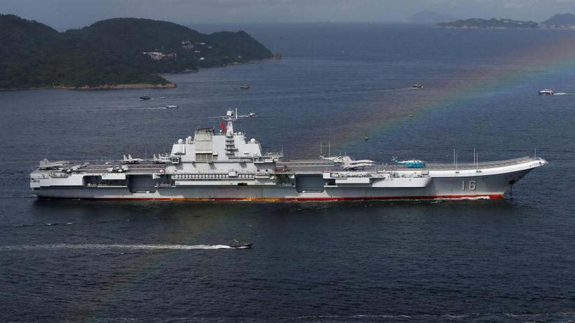 """FOTO: Crean en China una enorme réplica del portaaviones Liaoning para """"educación patriótica"""""""