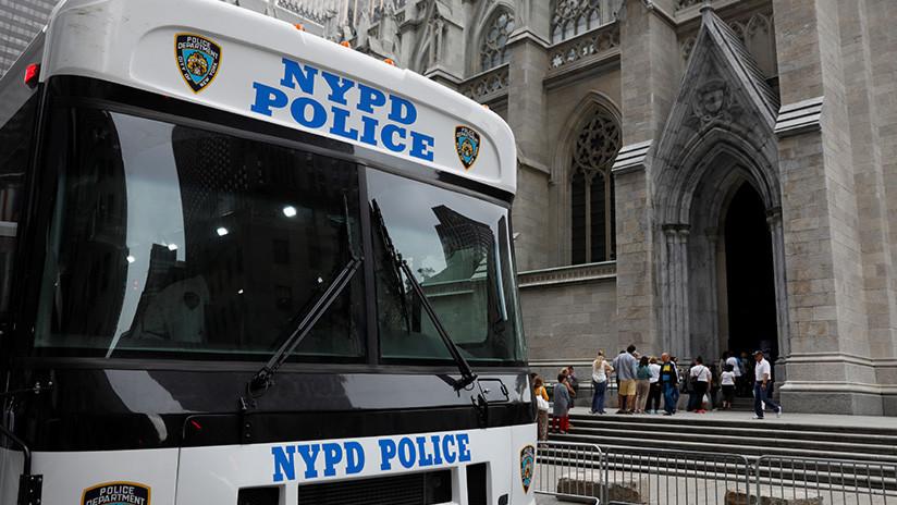 Acusan a dos policías de EE.UU. de violar en su camioneta a una joven esposada