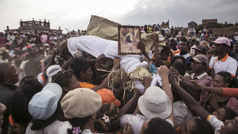 El Gobierno de Madagascar prohíbe bailar con muertos por un brote de peste (VIDEO, FOTOS)