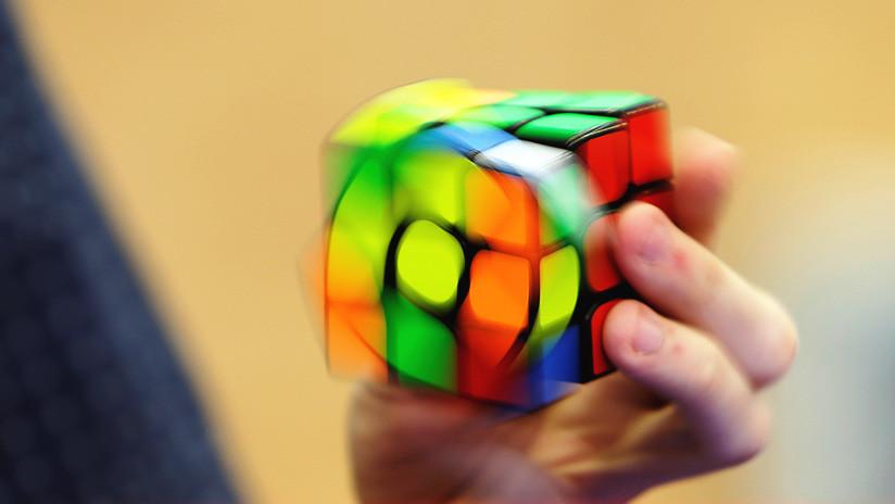 ¡Increíble! Arma cubo de Rubik en menos de 5 segundos