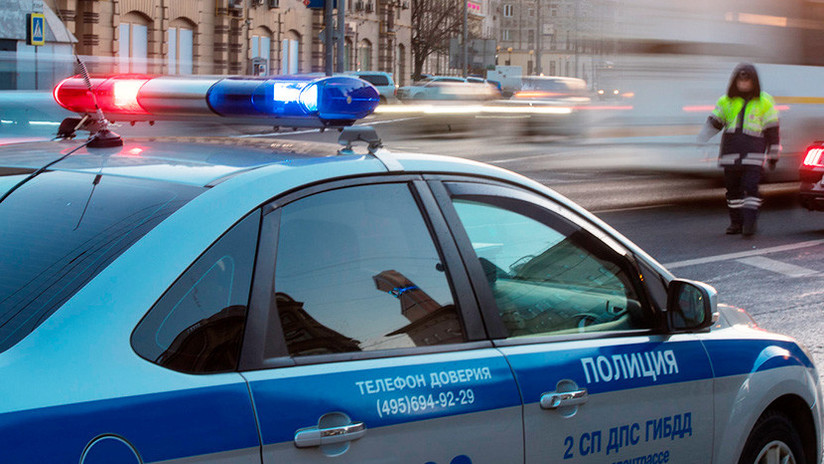 Video: Un coche policial bloquea el tráfico para abrir paso a un anciano que cruzaba una carretera