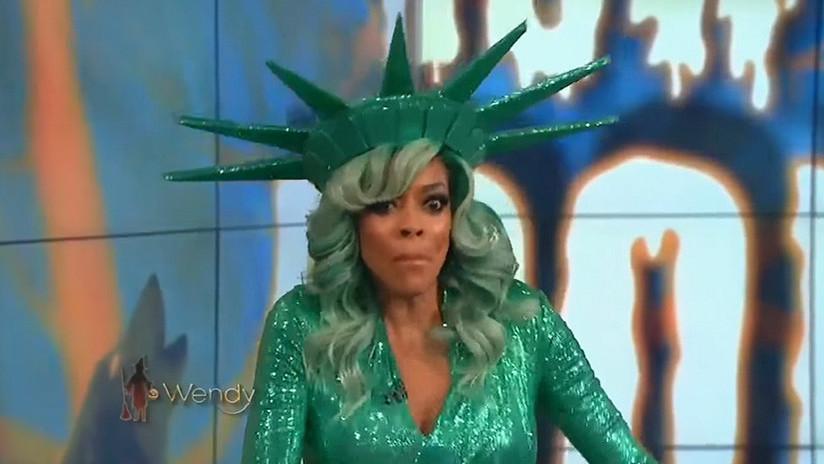 VIDEO: Una presentadora de televisión vestida de Estatua de la Libertad se desmaya en vivo