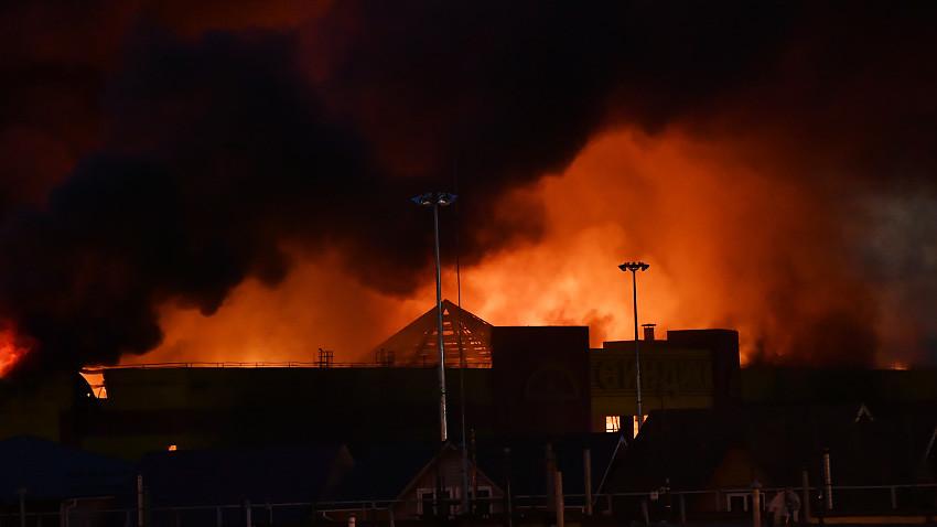 Incendio consume centro comercial ruso