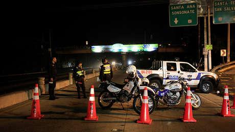 Inspección policial en la carretera Panamericana en Santa Tecla, El Salvador.