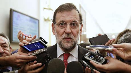 El presidente del Gobierno español, Mariano Rajoy, habla con periodistas tras una sesión de control en el Parlamento español en Madrid, España, el 30 de septiembre de 2015.
