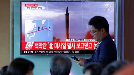 Grupo de gente observa las noticas sobre el disparo de un misil de Corea del Norte que cruzó el cielo de Japón y cayó en el océano Pacífico, el 15 de septiembre de 2017.