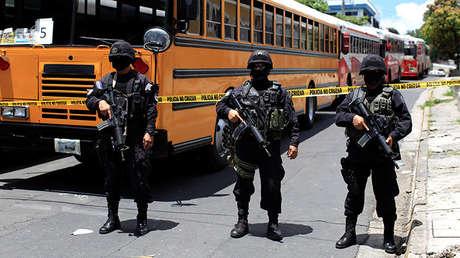 Tres policías en Cojutepeque, El Salvador, el 16 de junio de 2016.