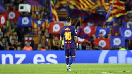 Lionel Messi, en el estadio Camp Nou, mientras hinchas del Barcelona agitan banderas a favor de la independencia catalana durante un partido ante el Eibar, el 19 de septiembre de 2017.