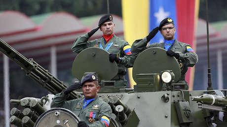 Soldados en un tanque participan en un desfile militar para celebrar el 206 aniversario de la independencia de Venezuela en Caracas, 5 de julio de 2017.
