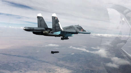 Cazabombardero ruso Su-34 lleva a cabo una misión en las provincias de Raqa y Alepo, Siria, el 9 de octubre de 2015.