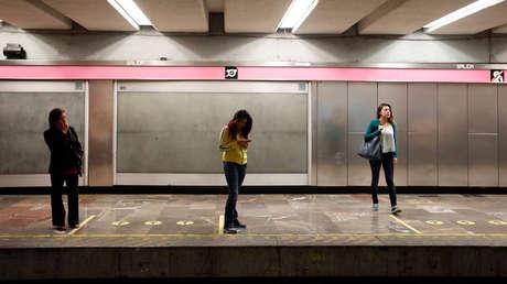 Mujeres esperan abordar los trenes de pasajeros destinados únicamente al sexo femenino en una estación de Metro de la Ciudad de México.
