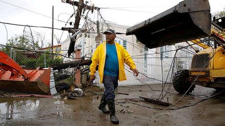 Los trabajadores utilizan retroexcavadoras para remover las instalaciones eléctricas dañadas de una calle después de que la zona fue alcanzada por el Huracán María en Salinas, Puerto Rico el 21 de septiembre de 2017.