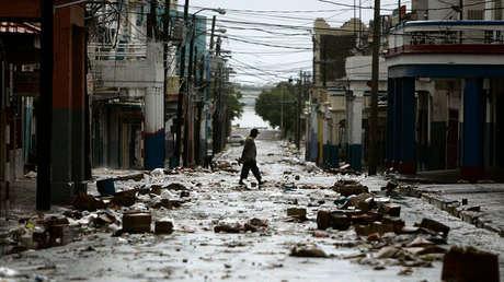 Un hombre camina por una calle de Kingston, Jamaica, tras el paso del huracán Dean, el 19 de agosto de 2007.