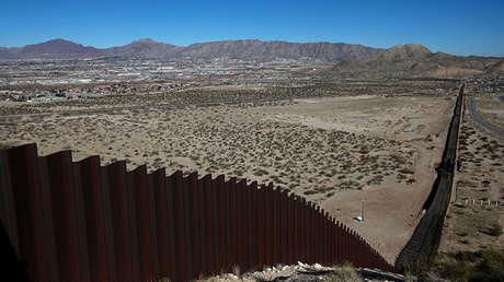 Una vista sobre la nueva sección construida en la valla fronteriza entre Estados Unidos y México el 26 de enero de 2017.