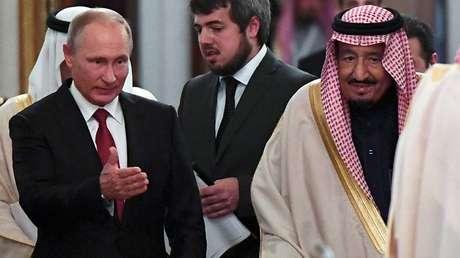 El presidente ruso, Vladímir Putin, muestra el camino al rey saudí Salmán ben Abdelaziz al Saúd durante su encuentro en el Kremlin en Moscú (Rusia), el 5 de octubre de 2017.