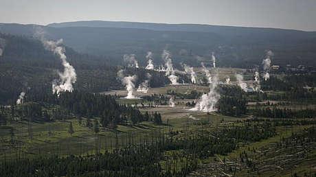Vista aérea de la cuenca del géiser junto a la orilla del lago Yellowstone.