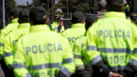 Policías se reúnen antes de tomar sus posiciones a lo largo de la carretera donde el Papa Francisco conducirá a su llegada a Bogotá, Colombia. 6 de septiembre de 2017.