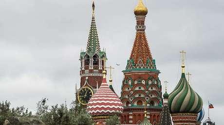 La torre del Salvador (Spásskaya) del Kremlin y la Catedral de San Basilio en Moscú (Rusia), el 19 de septiembre de 2017.