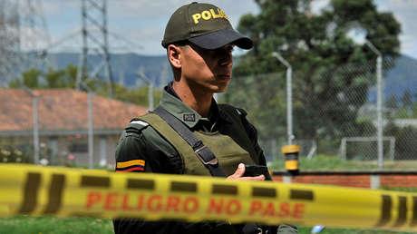 Policías acordonan una subestación eléctrica donde un agente de policía fue asesinado y su cuerpo atrapado en el norte de Bogotá, el 29 de diciembre de 2016.
