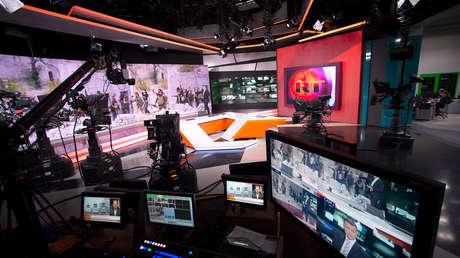 La redacción de la cadena RT durante una transmisión en vivo en inglés.