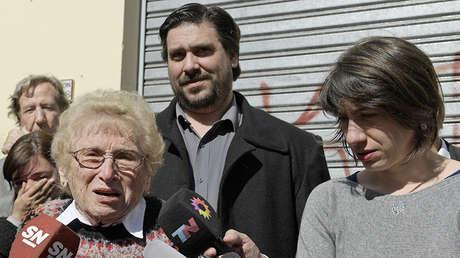 La vicepresidenta de Abuelas de Plaza de Mayo, Rosa Roisinblit, junto a sus nietos Guillermo Pérez Roisinblit y Mariana Eva Pérez, en los tribunales de San Martín, el 8 de septiembre de 2016.