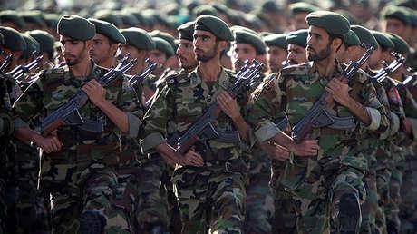Miembros de la Guardia Revolucionaria de Irán marchan en un desfile militar en Teherán, el 22 de septiembre de 2017.