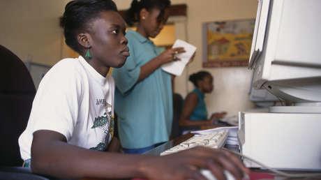 Una mujer trabaja en el ordenador en WFP Ntiuda Stores, que suministra convoyes a Ruanda y Sudán, Kampala (Uganda).