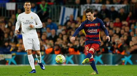 Cristiano Ronaldo (izquierda) y Lionel Messi durante el partido entre el Barcelona y el Real Madrid jugado en el Camp Nou, el 2 de abril de 2016.