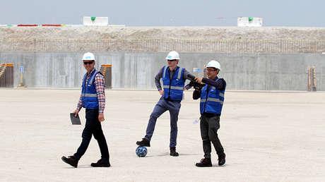 Visitantes en la construcción del estadio de Al Wakrah, destinado para el Mundial de 2022 en Catar.