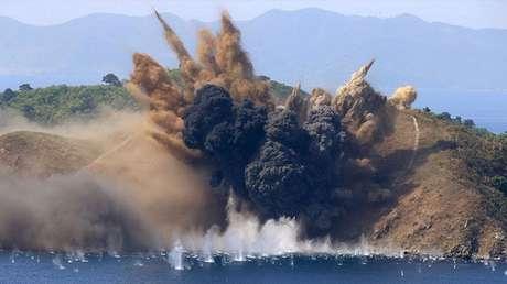Una isla frente a la costa del aeropuerto internacional de Kalma en Wonsan (Corea del Norte) es bombardeada durante un ejercicio de artillería, el 26 de agosto de 2017.