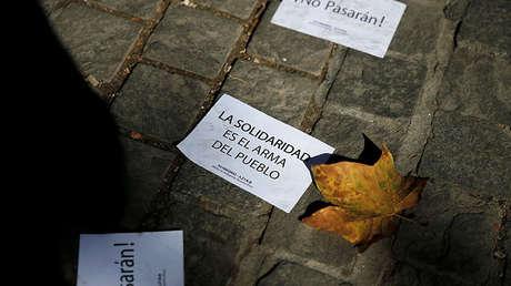Folletos a favor de la independencia de Cataluña lanzados por autoproclamados anarquistas frente a la Embajada española en Atenas, Grecia, 11 de octubre de 2017.