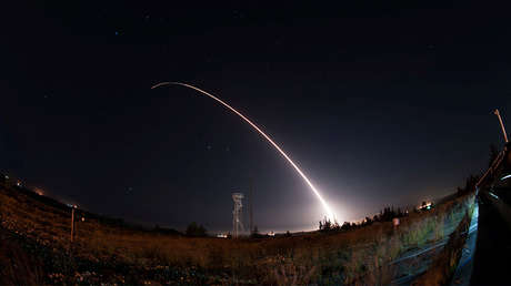 Lanzamiento de un misil Minuteman III desde la base Vandenberg, California (EE.UU.), el 26 de abril de 2017.