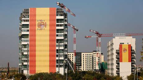 Dos edificios de apartamentos cubiertos de gigantescas banderas de España en un suburbio de Madrid (España), el 11 de octubre de 2017.