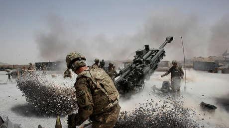 Soldados del Ejército estadounidense disparan una pieza de artillería en la base afgana de Seprwan Ghar, situada en el distrito de Panjwai (provincia de Kandahar, el 12 de junio de 2011.