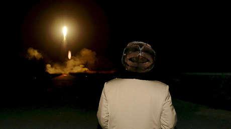El líder norcoreano, Kim Jong-un, observa el lanzamiento de un misil en un lugar desconocido, en una foto sin fecha publicada por la agencia KCNA en Pionyang (Corea del Norte) el 11 de marzo de 2016.
