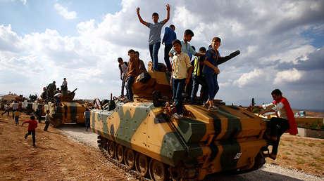Niños sirios en un vehículo del convoy militar turco yendo rumbo a Idlib, 11 de octubre de 2017.